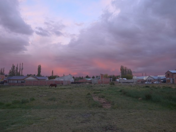 Sarmiento - hinter der Tankstelle links