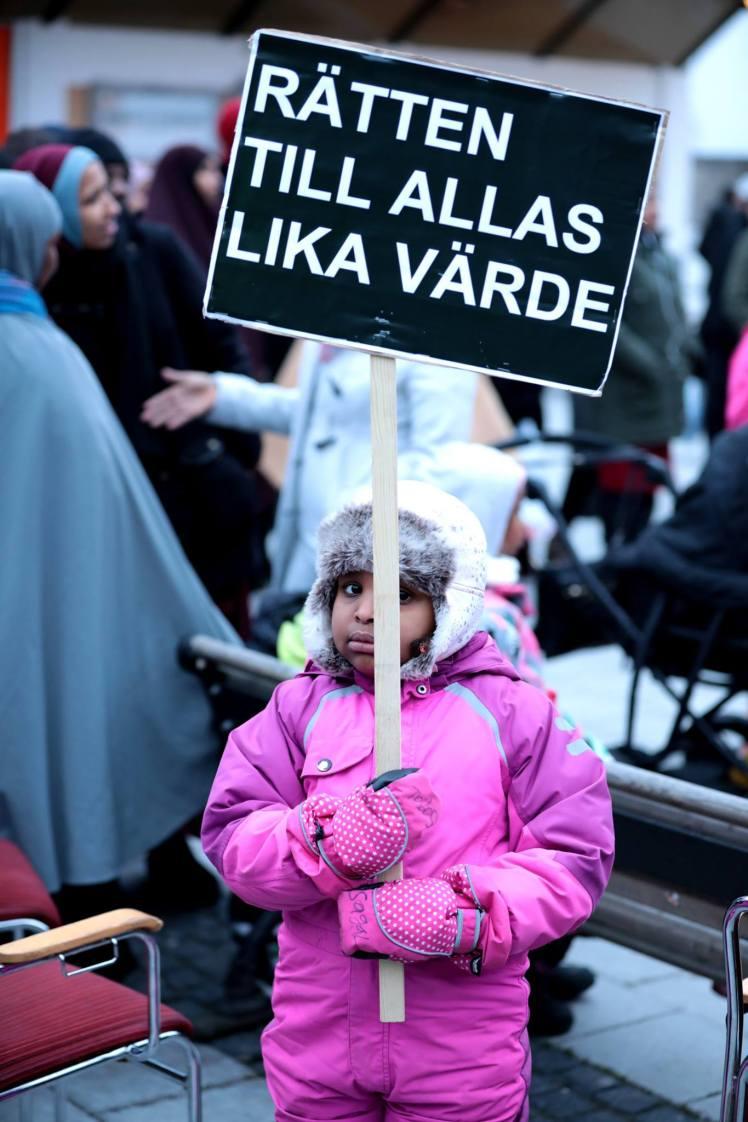 Bild från demonstrationen i Rinkeby 16-17 december 2016. Källa: Förorten mot vålds Facebooksida https://www.facebook.com/forortenmotvald/photos