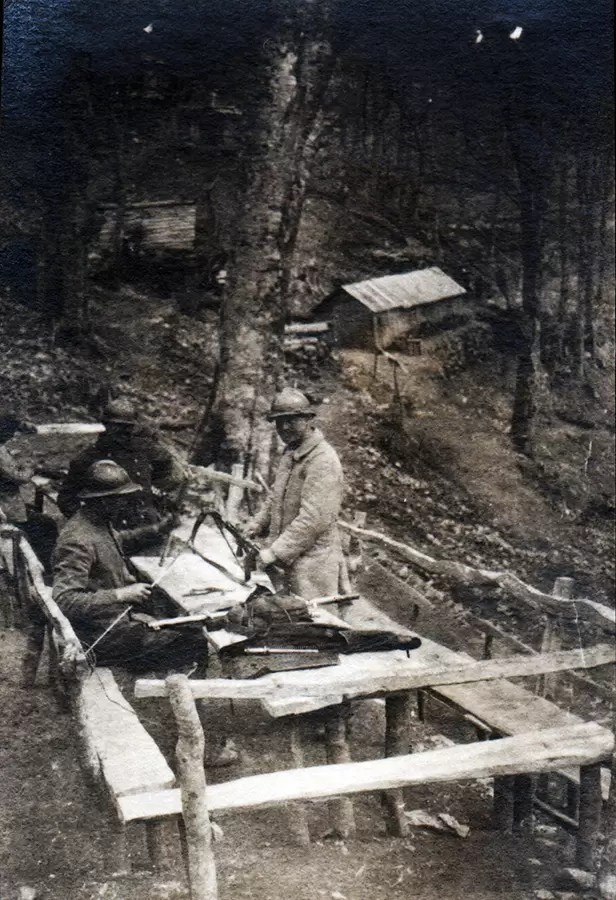 Obuka srpskih vojnika u rasklapanju CSRG M15 na Solunskom frontu. AS, ZF 6-198