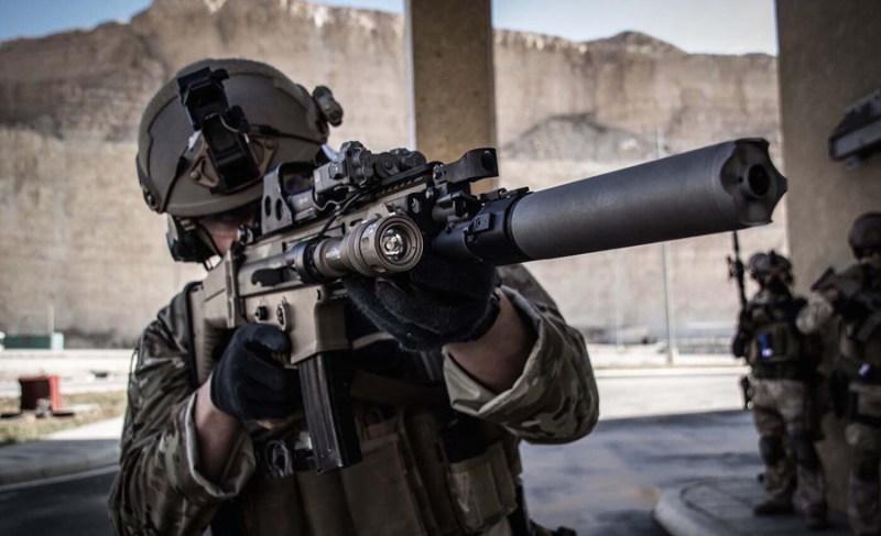 Belgijski SFG vojnik naoružan puškom SCAR-L sa prigušivačem