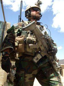 Kapetan Barry Crawford 21st Special Tactics Squadron u Afghanistanu sa SCAR-L (Mk 16). Kraford je odlikovan Vazduhoplovnim krstom Izvor: AP Photo/USAF