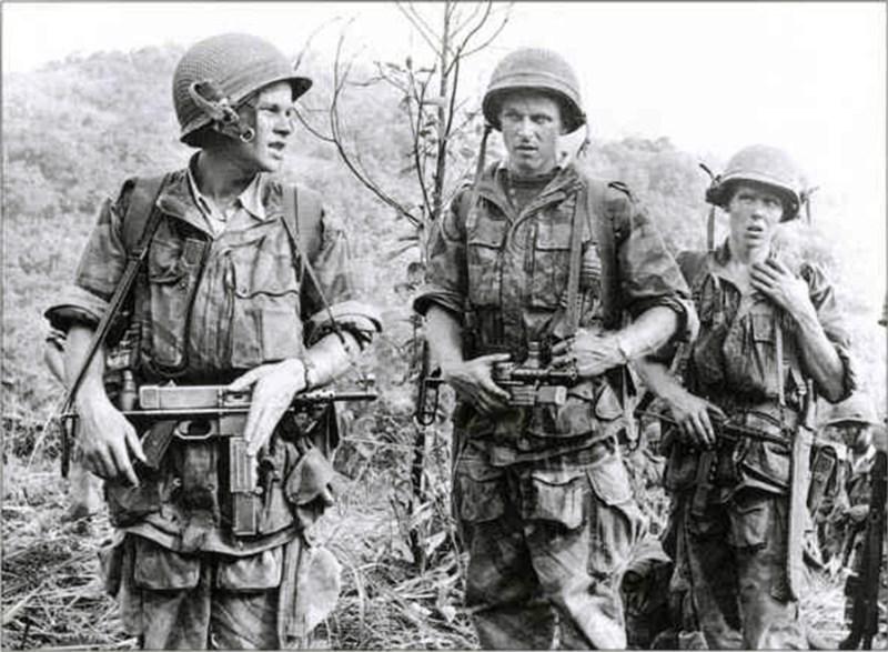Francuski padobranci naoruzani MAT-49 tokom borbi u Indokini