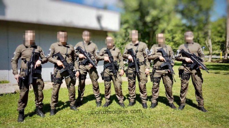 Pripadnici Specijalne brigade naoružani puškama SCAR-L. Vide se kombinacije STD i SQC
