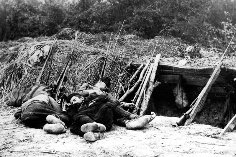 Vojnici III poziva iz sastava trupa Odbrane Beograda prilikom odmora na položaju, 1915.g. (VM, R-6034)