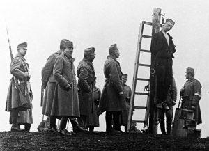 Austrougarski vojnici vešaju seljaka u okolini Užica 1916. godine. (VM, R-310, detalj)