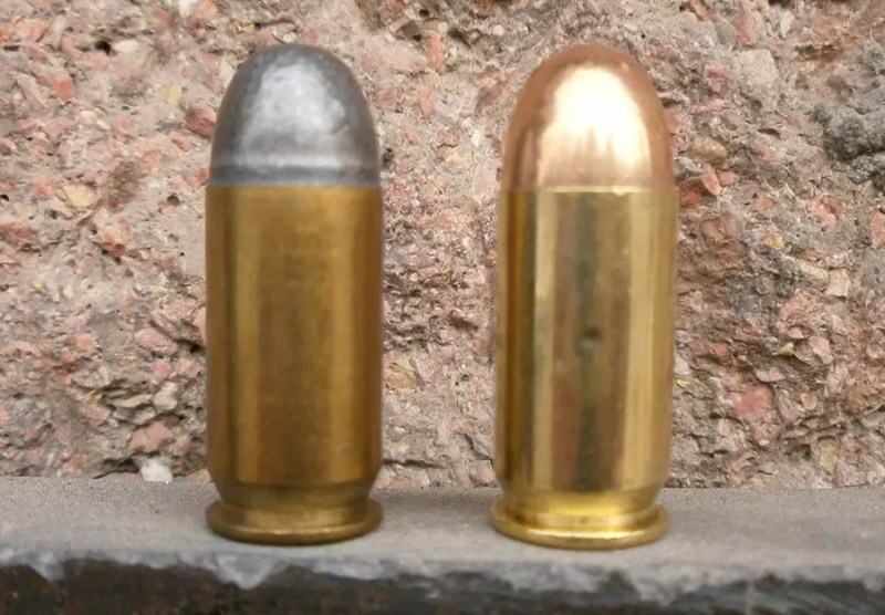 Municija 45 ACP Prvog Partizana koriscena u testu, levo olovno zrno, desno zrno pune kosuljice, FMJ (Full Metal Jacket) Oba zrna zaobljenog vrha, tzv. Round Nose. Obe laboracije vrlo precizne iz Blachawk-a.