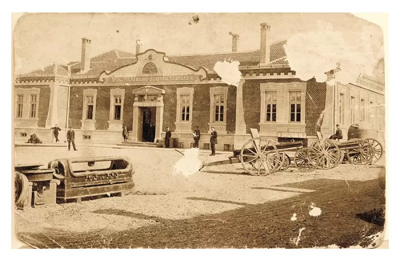 Zaplenjeno oruđe sistema Gruzon, izloženo ispred Kraljevske vojno-zanatlijske  škole Vojno-tehničkog Zavoda u Kragujevcu. Kragujevac, 1914.