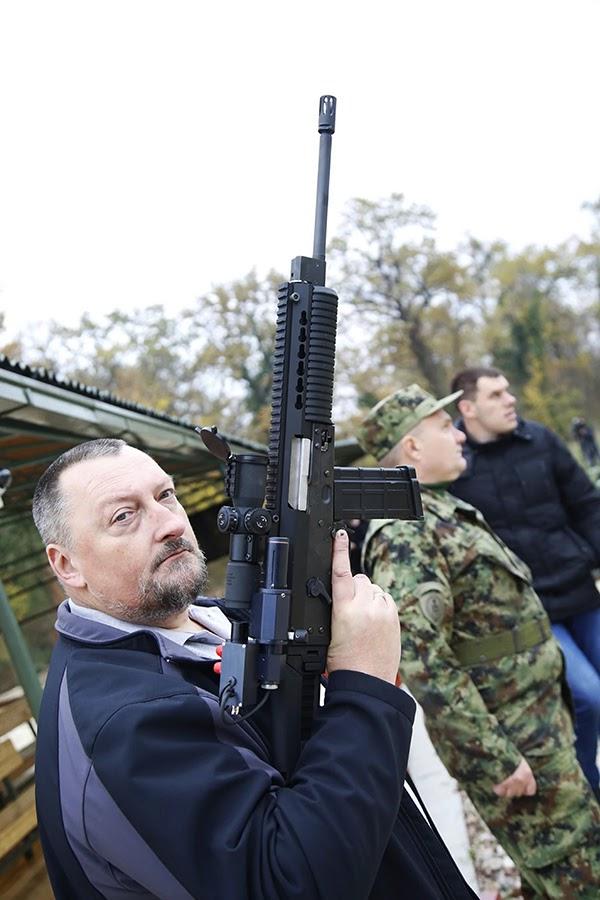 Konstruktor MAP, dipl. inž. Aleksandar Mladenović demonstrira pušku M19. Nikinci, avgust, 2020.