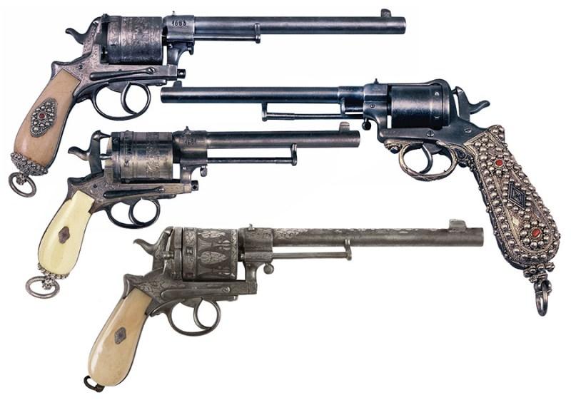 Revolveri 11,2 mm sistema Gasser i Gasser-Sederl (drugi odozgo) sa koricama od belokosti i srebra. Službeno, ovakav tip oružja smeli su da nose samo Perjanici