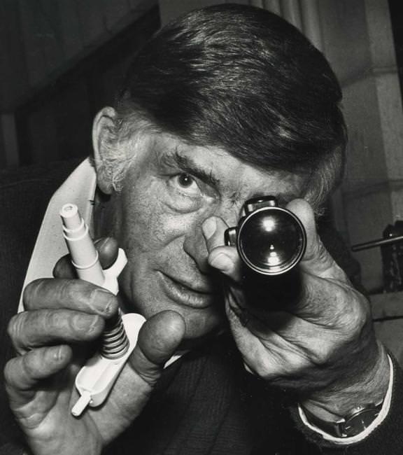 Novozelandski apotekar i veterinar Kolin Mardok izumio je medicinski špric za jednokratnu upotrebu i prvu uspješnu pušku za uspavljivanje.