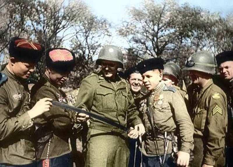 Susret na Odri - Americki vojnici razgledaju kozacku sasku