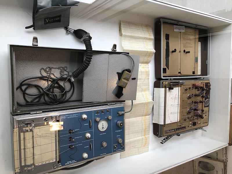Stari portabl-poligrafi naše policije: ''Kiler Model 6318'' i ''Lafajet Diplomat 1 M.761-76LE''.