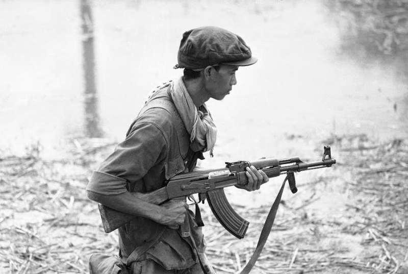 Kambodzanski vojnik 1970 godine naoruzan puskom Tip 56