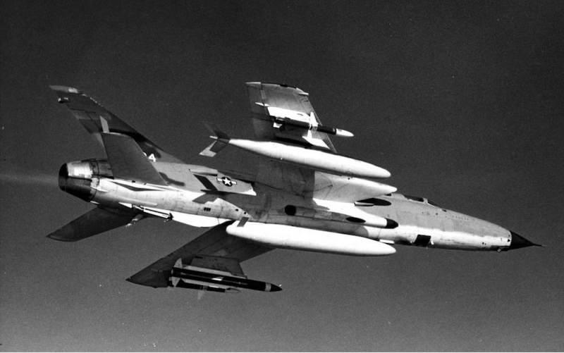 F-105G Wild Weasel IIIu letu.Ispod levog krila na nosačima su postavljene protivradarske rakete i to na spoljnom nosaču raketaAGM-45A Shrike, a na unutrašnjem nosaču raketaAGM-78A Standard ARM. Na desnom krilu kao protivteža na unutrašnjem nosaču je postavljen dopunski rezervoar kapaciteta od 1705 litara goriva, dok je na spoljnom nosaču postavljena protivradarska raketaAGM-45A Shrike. Na centralnom podtrupnom nasačupostavljen je dopunski rezervoar kapaciteta od 2464 litre goriva