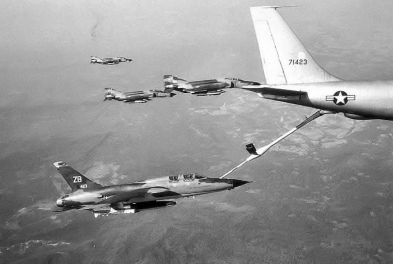 F-105G Wild Weasel IIIiz sastava388. TFWtokom dopunegorivom u letu iz letećeg tankeraKC-135A Stratotankeru pratnji tri lovcaF-4E Phantom-II, na putu ka Severnom Vijetnamu 1970. godine