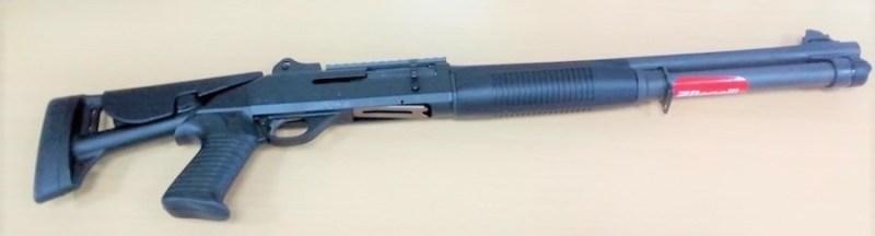 Benelli M4 Super 90 – opšti izgled. Kundak je u sklopljenom položaju.