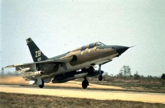 F-105G Wild Weasel III iz sastava 6010. WWS (6010th Wild Weasel Squadron), 388. TFW poleće iz vazduhoplovne baze Korat u Tajlandu na borbeni zadatak iznad Severnog Vijetnama, 1. decembar 1971. godine. Ispod desnog krila na unutrašnjem nosaču avion nosi protivradarsku raketu AGM-78A Standard ARM a na spoljnom nosaču protivradarsku raketu AGM-45A Shrike, na centralnom nosaču na trupu nosi dopunski rezervoar od 2464 litre goriva, dok ispod levog krila na unutrašnjem nosaču nosi dopunski rezervoar od 1705 litara a na spoljnom nosaču protivradarsku raketu AGM-45A Shrike