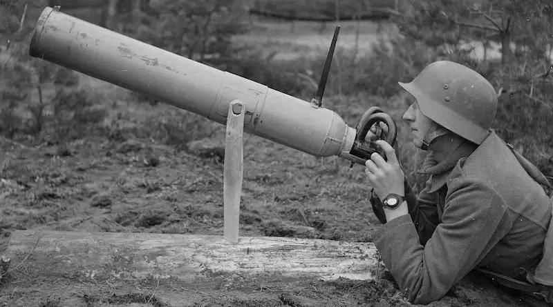 Finski vojnik koristi bacac 1942