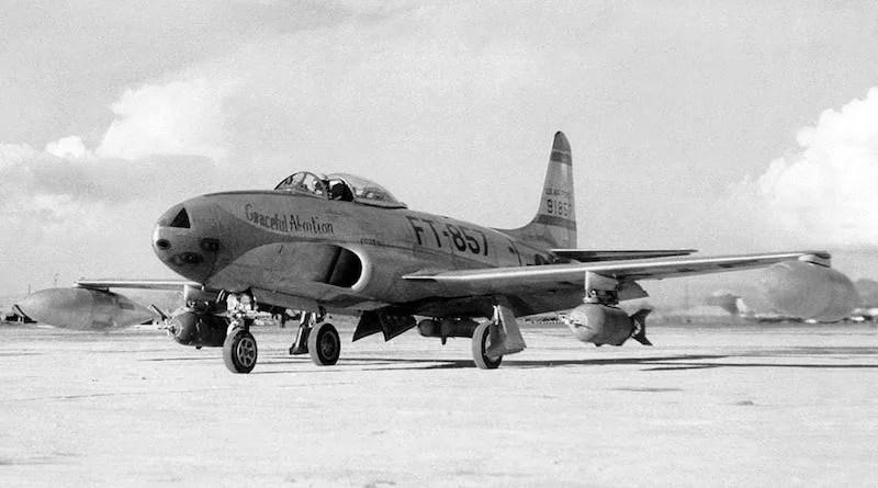lako je u Koreju stigao kao lovački avion. F-80C Shooting Star će vrlo brzo svoju ulogu prepustiti boljem F-86 Sabre, a svoje dalje angažovanje u ratu baziraće na podršci trupama na zemlji kao lovac-bombarder