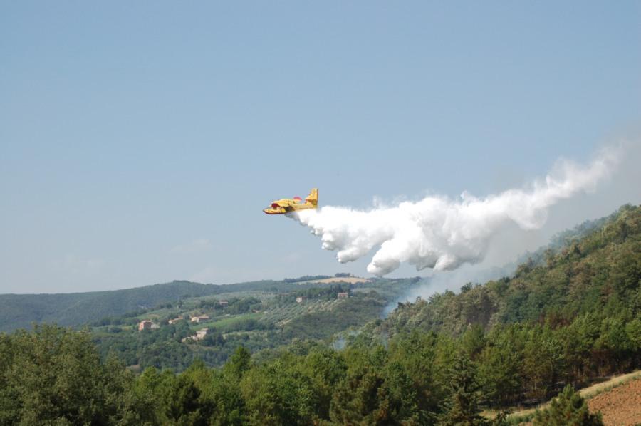 Canadair in azione ad Ancaiano il 21 giugno