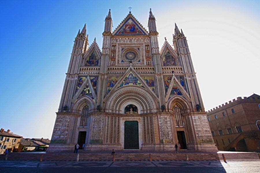 Le facciate esterne e gli interni del Duomo di Orvieto visti dalla telecamera di un drone