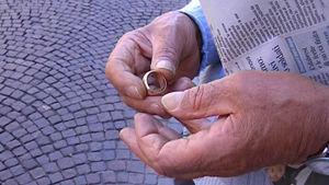 Ottandaduenne adescato da una giovane romena, gli ruba catenina, anelli e le chiavi della macchina