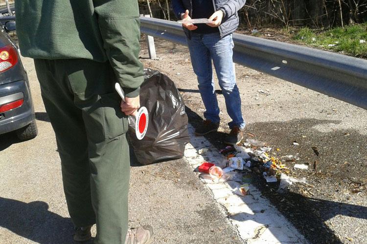 Abbandono rifiuti in strada, denunciato commerciante. Dovrà ripulire la strada.