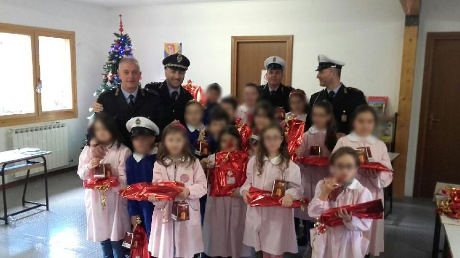 Maxischermo e kit scuola per la popolazione di Preci. Ecco il regalo di Natale dei Vigili urbani di Orvieto