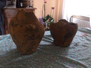 Parrano, cittadino vede smottamento nel terreno: scoperti due vasi antichi