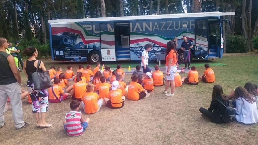 """Al campo scuola della ProCiv di Porano arriva il """"Pullman Azzurro"""" della Polizia Stradale"""