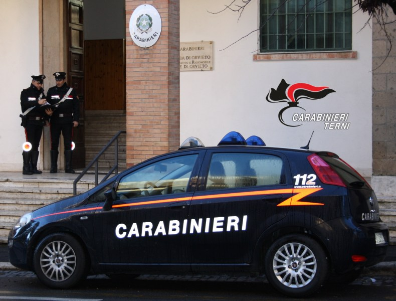 Oltre 700 persone identificate dai carabinieri, controlli a tappeto. Raffica di furti nei negozi della Rupe