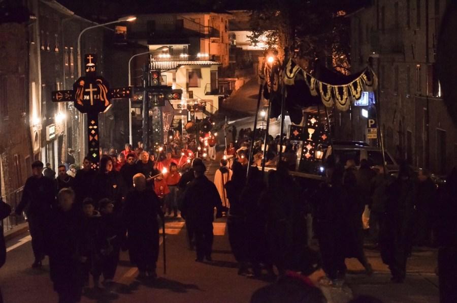 Tra torce e fiaccole a Ficulle va in scena la Processione del Venerdì Santo
