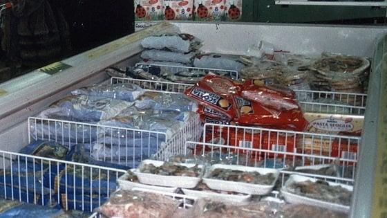 Fermano camion di surgelati ma carne e pesce sono mal conservati: 5mila euro di multa e merce in discarica