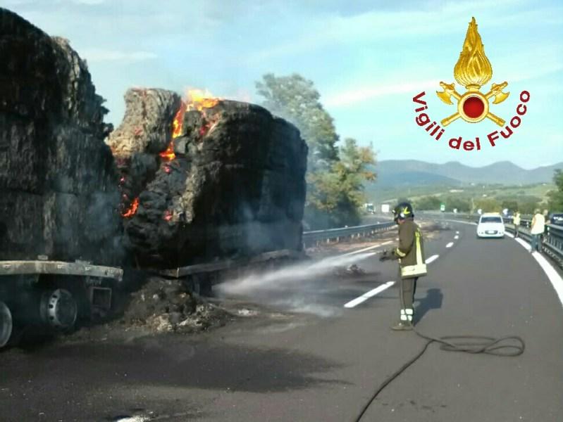 Tir in fiamme lungo l'Autostrada, trasportava balle di fieno