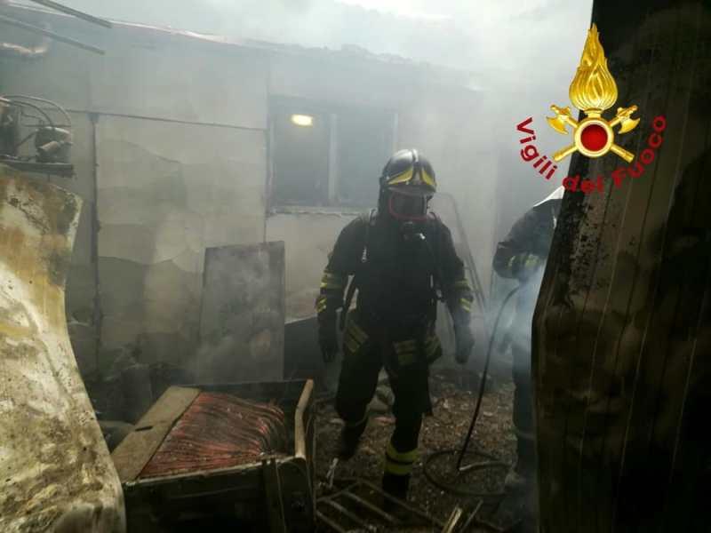 A fuoco la cucina di un ristorante, paura in un locale del centro storico