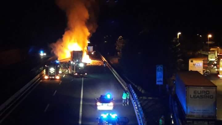Ancora fiamme in Autostrada, scontro tra mezzi pesanti e un furgone. Un morto carbonizzato