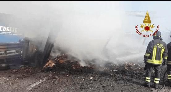 Terribile incidente sull'A1, camion si ribalta e prende fuoco: due morti carbonizzati