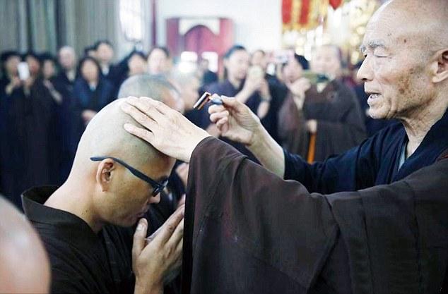 Giovane milionario cinese cambia vita e si fa monaco buddista