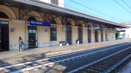 Pendolari esasperati, a causa di un guasto tecnico l'Euronight 294 bypassa la fermata di Orvieto