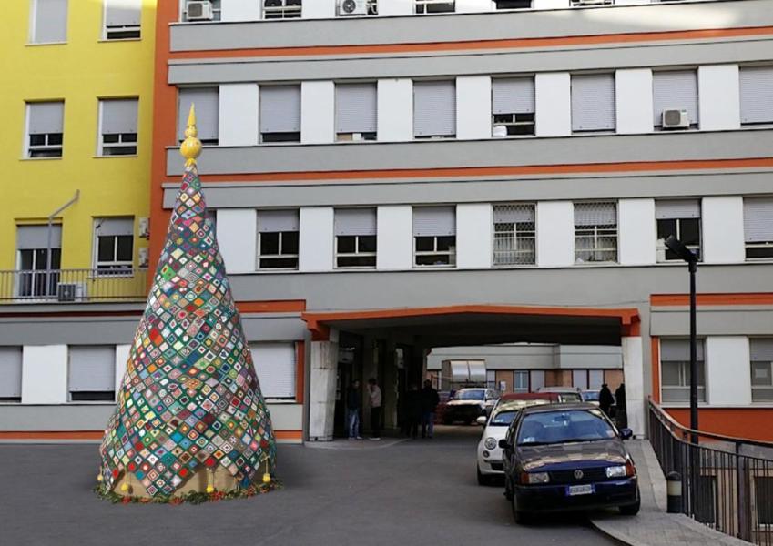 Un albero all'uncinetto per colorare il Natale 2019 del reparto di Oncologia del Santa Maria di Terni