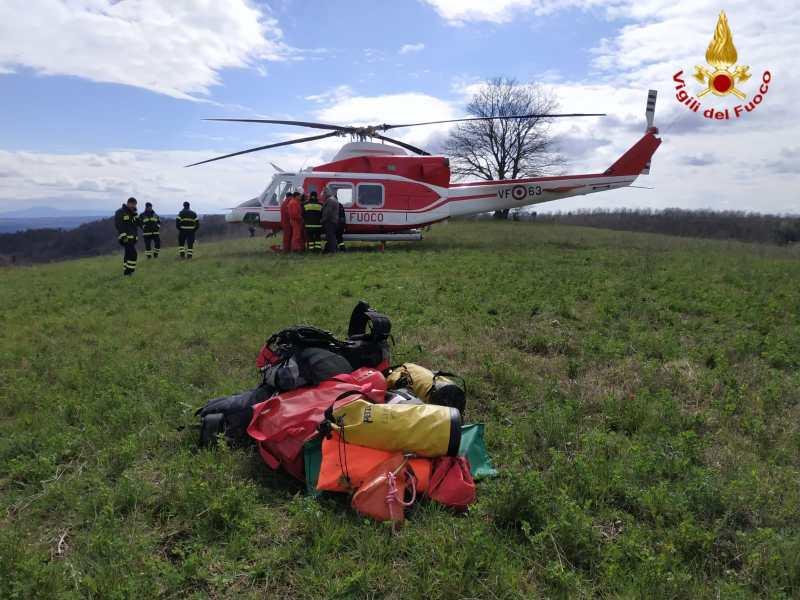 Ritrovato in fondo a un dirupo di 50 metri l'uomo scomparso da Olmo. Le operazioni di recupero del corpo dei VVff