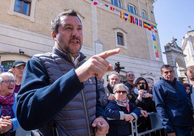 Famiglia Cristiana racconta Salvini. Storie nostrane di saltatori sul carretto del vincente