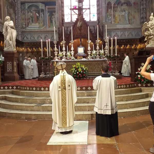 E' il giorno del Corpus Domini, accolti i pellegrini della Marcia della Fede. Tutto pronto per l'uscita del corteo