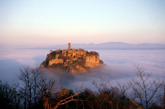 La Città che muore e il Bosco delle Fate: Viaggio tra Civita e il Bosco del Sasseto