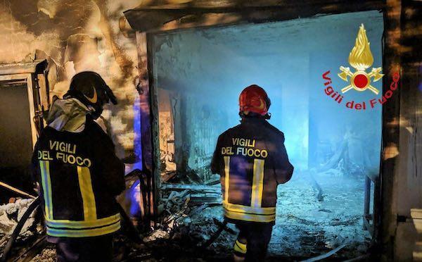 """Vasto incendio nella notte al centro ittico Cooperativa Pescatori """"Valle dell'Oro"""", le fiamme distruggono la struttura"""