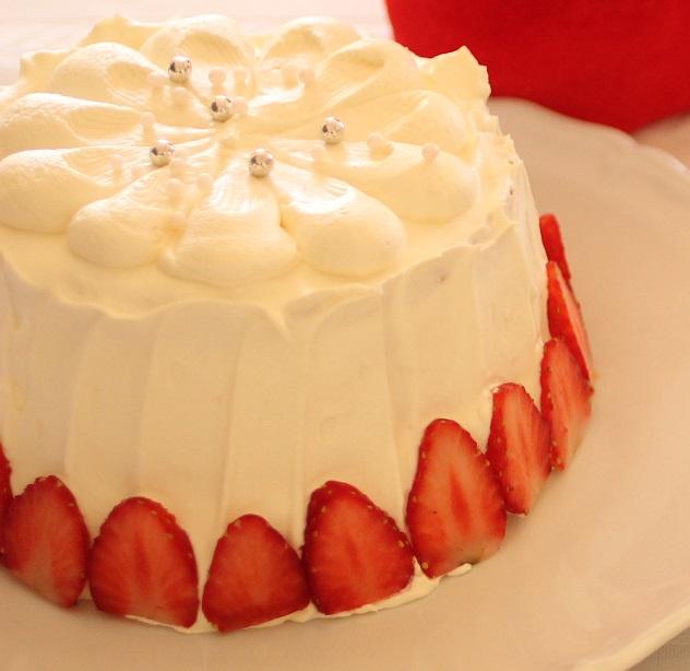 苺のショートシフォンケーキ。今回は素朴な感じに仕上げたくて、トップをカジュアルに絞ったあとに、スプーンであとをつけてみました。