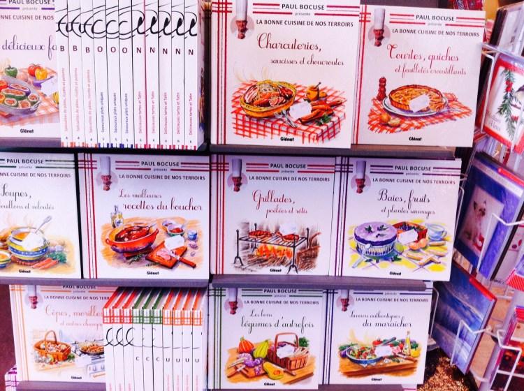 リヨンの通りで見かけた外に出ていた郷土料理の本。可愛い。