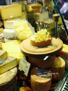 リヨンのレアール ポールボキューズ内、MOFチーズ熟成士エルヴェ モンスのチーズ屋さん。テットドモワンヌ。