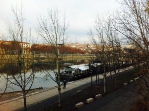 河岸はまるでパリ。 今日は川沿いに歩きました。