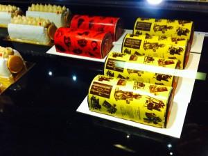 今リヨンで一番の感があるお菓子屋さんSEVE。ブッシュドノエルもチョコレート転写技術でおもちゃのよう。これは朝一番のもの。去年はイヴは回転前に行列。